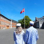 To HF studenter foran Dannebrog