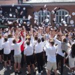 Studenter kaster deres hat